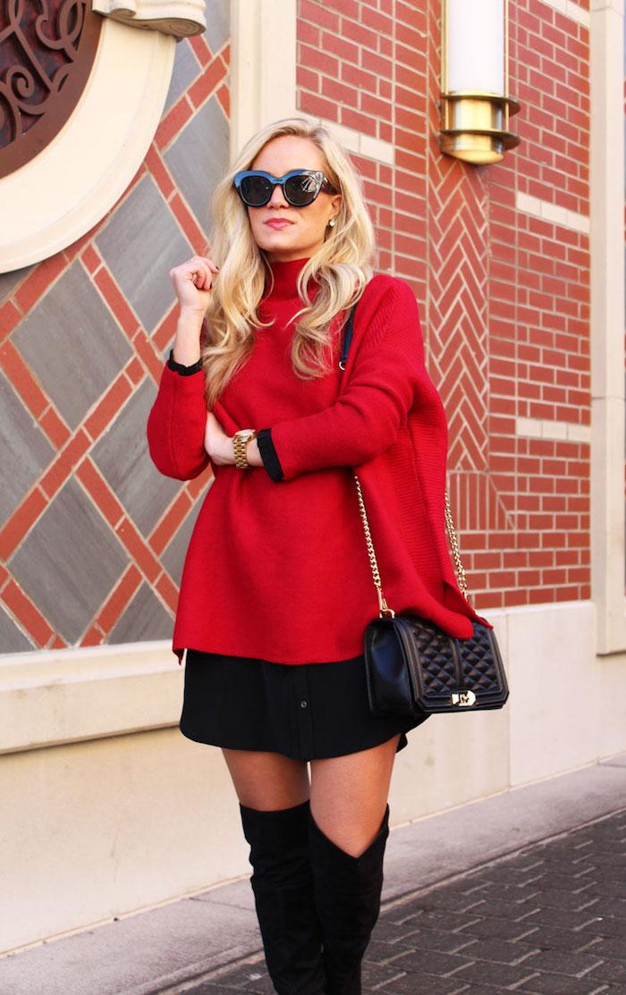 Tenue avec cuissardes - pull à col roulé rouge et mini jupe, sac à main chanel, lunetes de soleil noires
