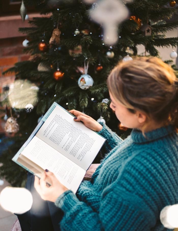 idée de décoration sapin de noel tendance pour décorer un coin de lecture Noel, fond d'écran lecture et sapin de Noël