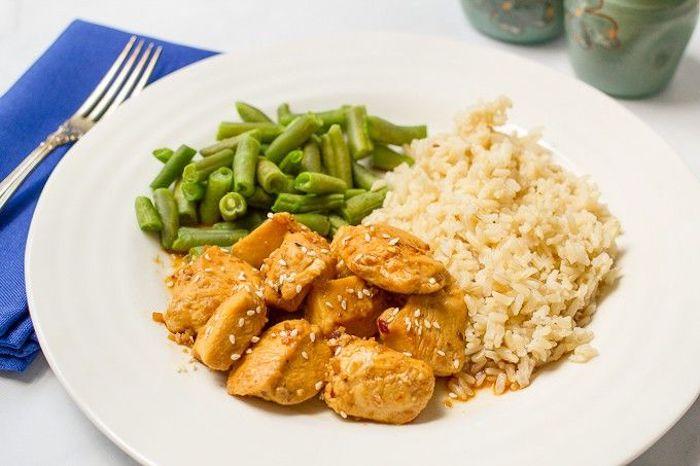 repas rapide soir constitué de bouchée de poulet à l ail et miel servies avec du riz et des haricots verts