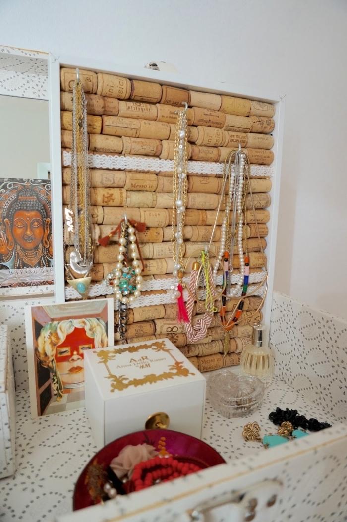 organisateur pour bijoux à faire soi-même avec bouchons de liège et cadre bois, fabriquer un porte bijoux original
