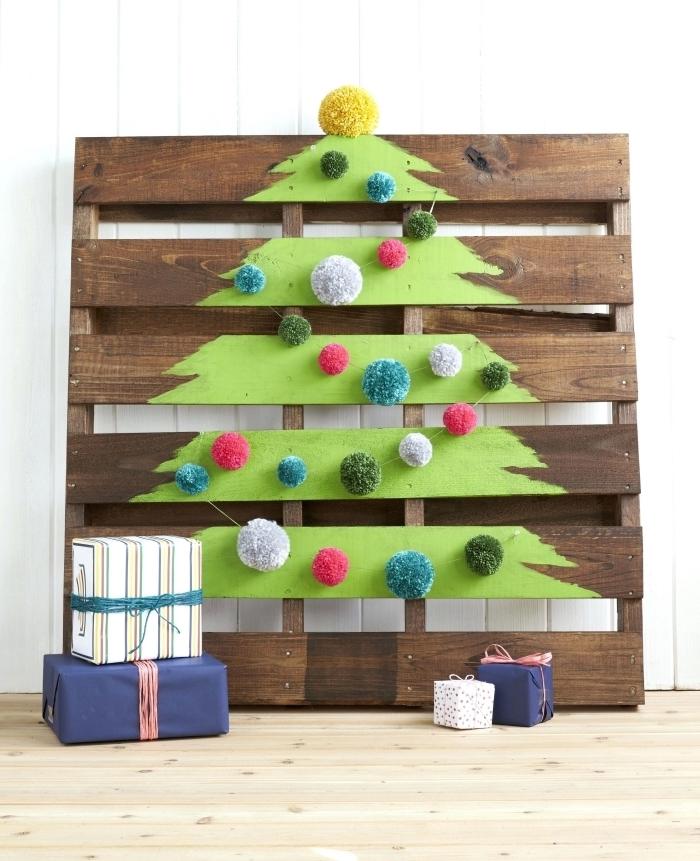 exemple comment créer une décoration Noël originale avec peinture et palette, modèle de sapin en palette avec peinture sapin vert