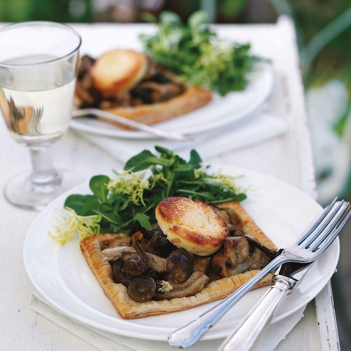idee que faire avec pate feuilletée, idée de petit tarte aux champignons et fromage de chevre avec salade de roquette a coté, entrée facile et chic