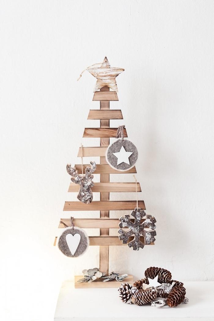 idée de décoration de noel à fabriquer en bois, modèle de mini sapin fait en planches de bois décorées avec ornements scandinave