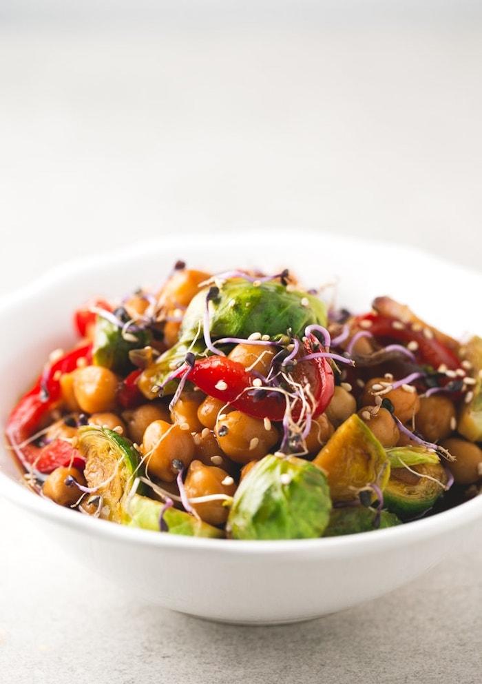 repas soir en équilibre, salade pois chiches, choux de bruxelles, poivrons rouges, graines de sésame