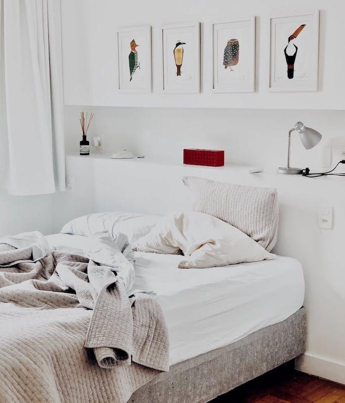 quelle épaisseur de matelas choisir, idee deco chambre scandinave, matelas blanc sur lit gris, murs blancs