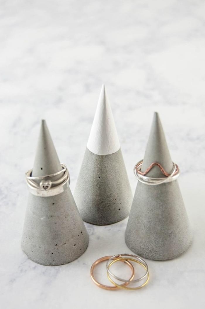 idée rangement pour bagues à réaliser soi-même, diy cônes bétonnés pour rangement bague à effet montagne enneigée