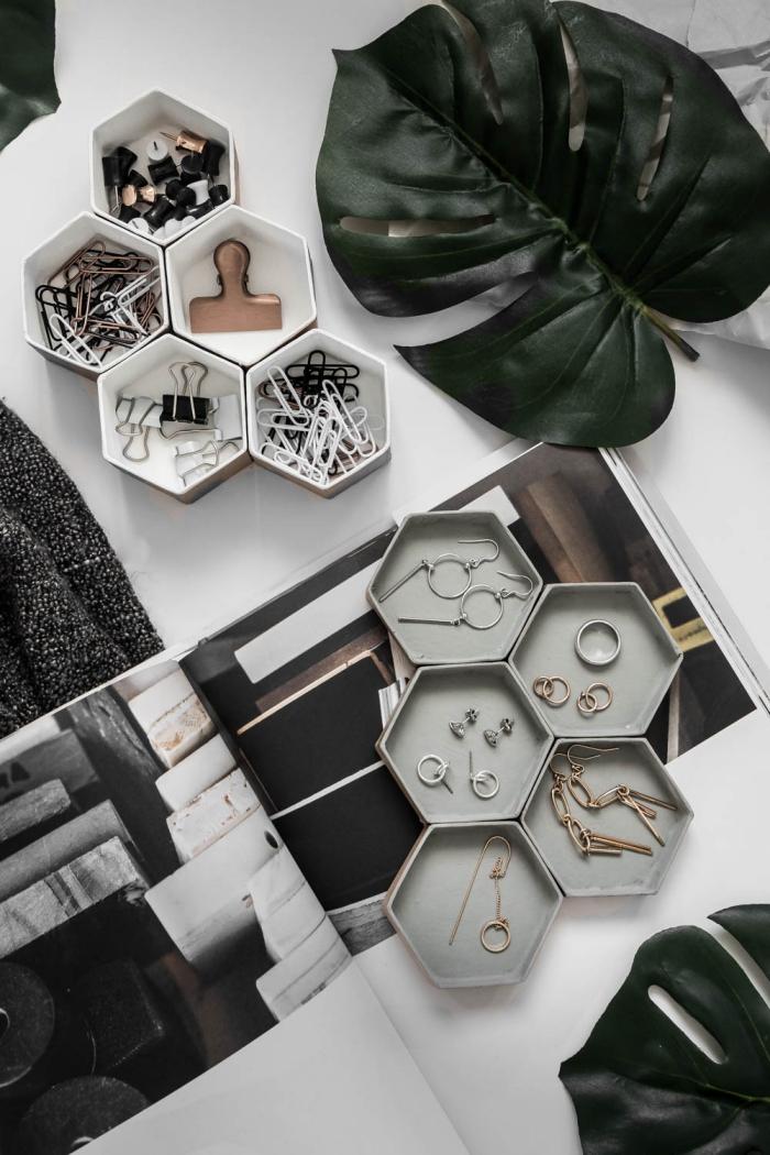 idée rangement pour bijoux facile à faire soi-même, diy porte bijoux aux 5 sections en carton peint en blanc et gris
