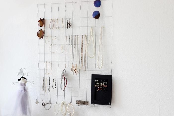 exemple comment ranger ses bijoux, diy organisateur mural pour accessoires et bijoux fait avec un grillage et crochet