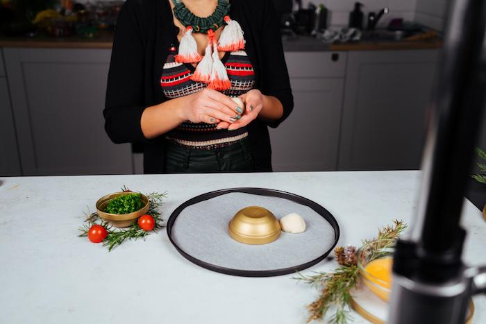 boule de pâte à pizza et mozzarella à ranger autour d une coupelle dans plaque de four ronde, apero noel simple et original