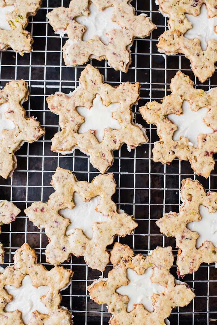 beurre, farine, cannberges, pistache et crème au beurre pour faire biscuit de noel facile en forme flocon de neige