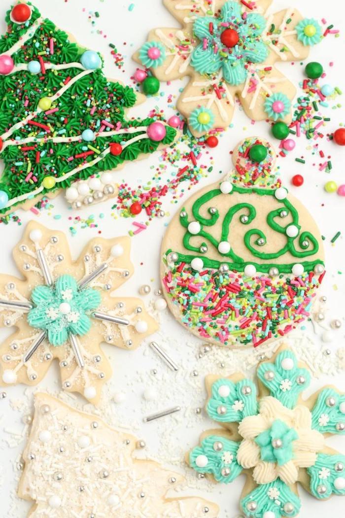 idee decoration sablés de noël au vermicelles de sucre, perles comestibles, glaçage au fromage à la crème sur biscuit sucre et beurre