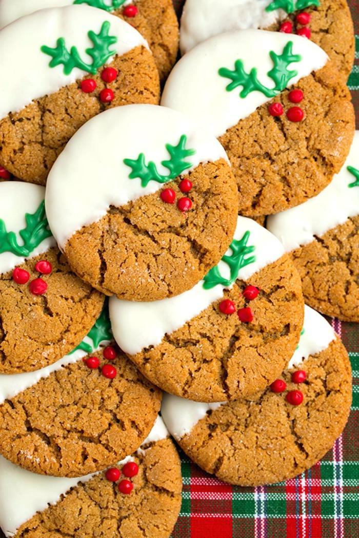 recette de sablé facile et rapide aux flocons d avoine, avec decoration houx et chocolat blanc sur moitié du biscuit