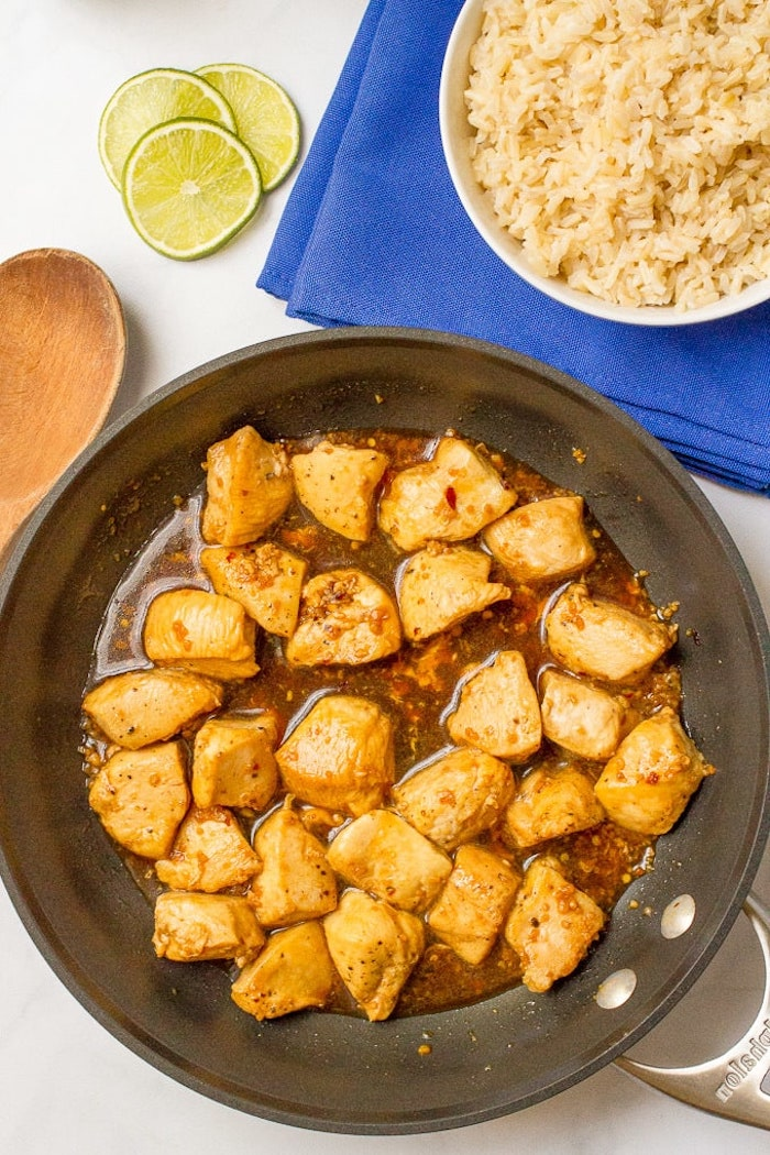 idee repas midi et diner constitué de bouchées de poulet à l ail et miel à consommer avec du riz, recette facile et rapide soir