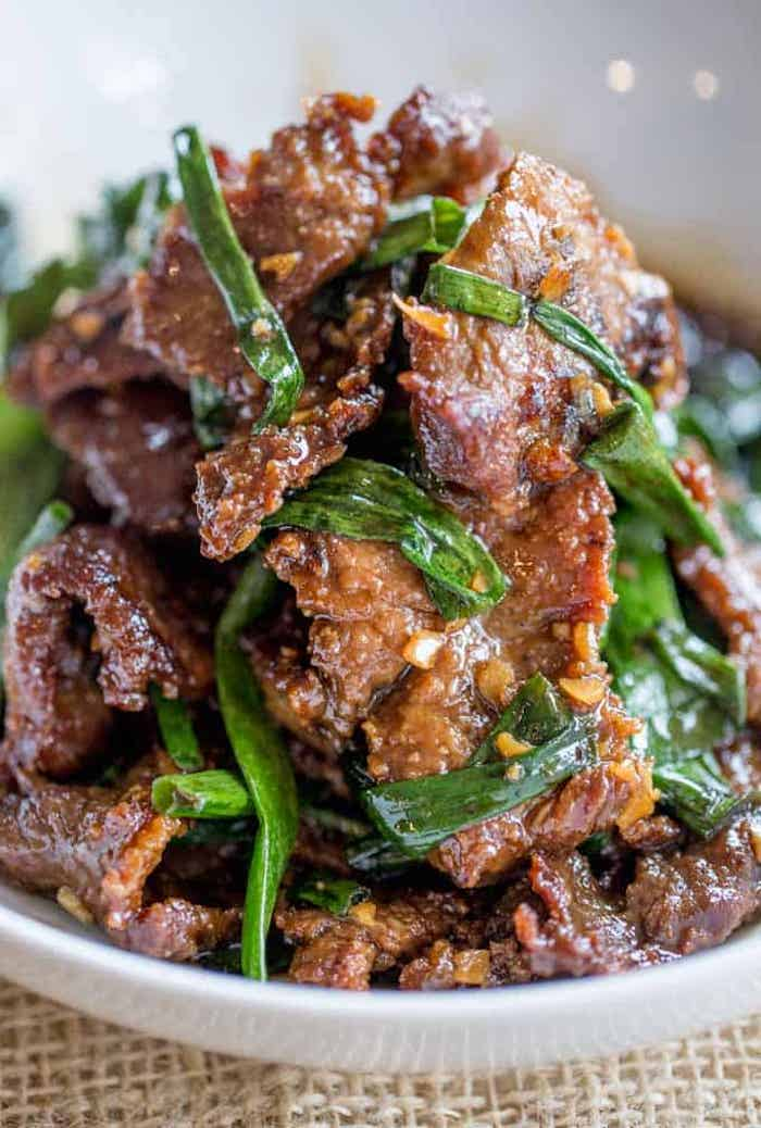 recette facile et rapide de plat principal avec viande, boeuf à la mongolienne avec ail, gingembre, sauce de soja aux oignons verts