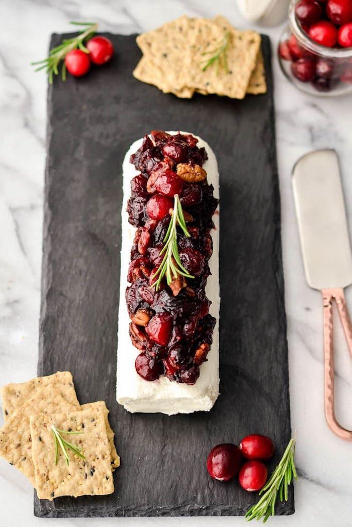 bûche de Noël en fromage chèvre nappé de confiture de canneberges et noix de pecan avec crackers