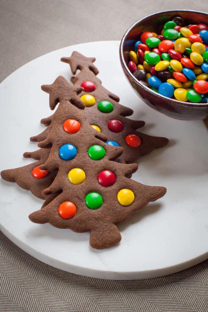 recette de biscuit de noel au cacao en forme de sapin de noel et decoration de bonbons mms colorés
