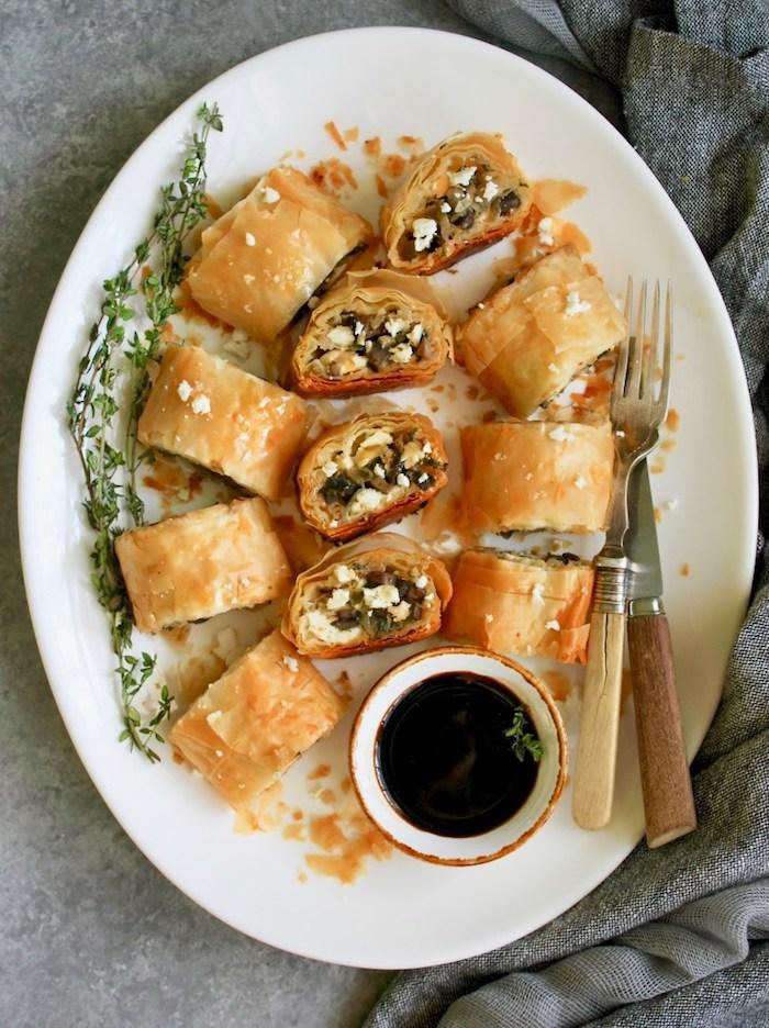 mille feuille recette facile, petites bouchées avec champignons, poireau et fromage feta, entree reveillon