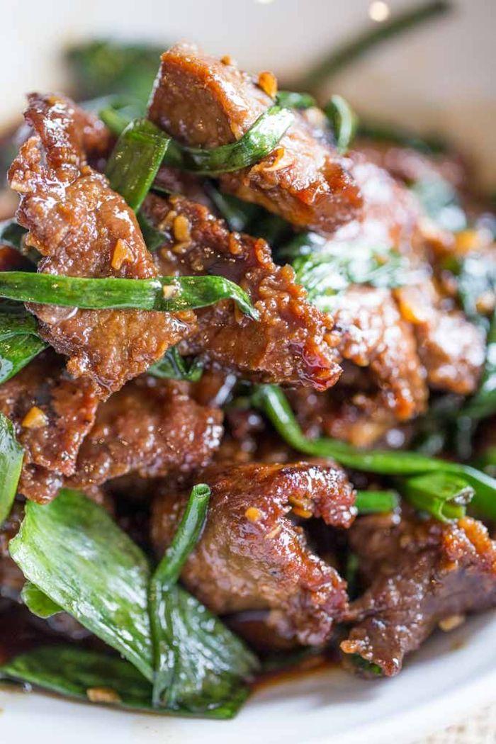 recette plat chaud constitué de boeuf à la mongolienne au gingembre de l ail et des oignons verts
