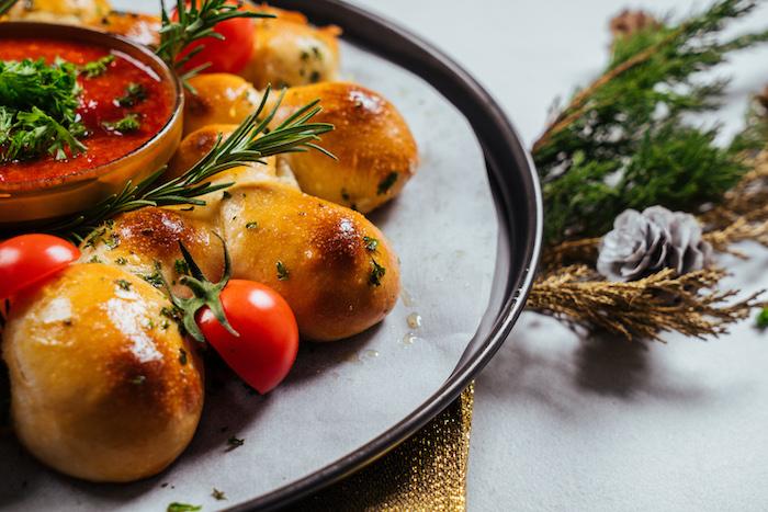 comment faire du pain à la mozzarella pour le menu de noel avec salsa au centre, coriandre et beurre en top et deco de romarin et tomates cerises