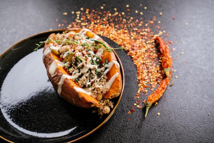 exemple de patate douce farcie de pois chiches et quinoa avec de la sauce tahini, preparation recette facile et rapide pour le soir