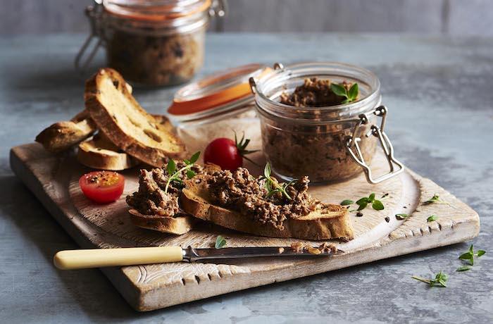 pâté de noël aux champignons sur une tartine, exemple de toast de noel pour votre apero noel chic
