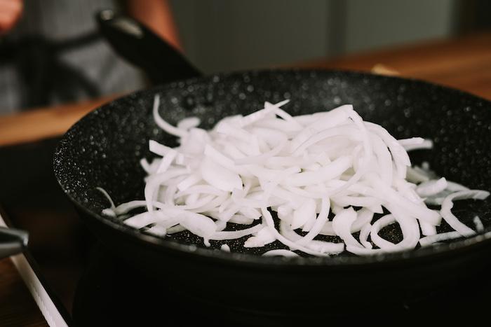 ajouter les oignons émincées à la beurre dans le poele, seconde etape pour faire veloute potimarron