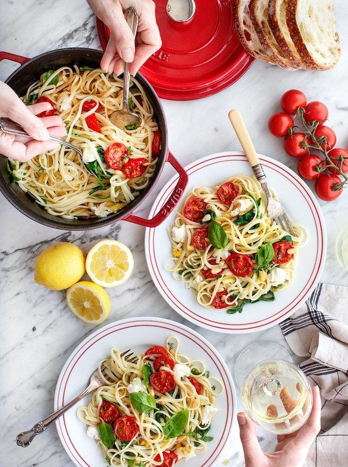 pates spaghetti aux tomates roties au four et basilic avec du fromage mozzarella émietté, exemple de recette facile pour le soir