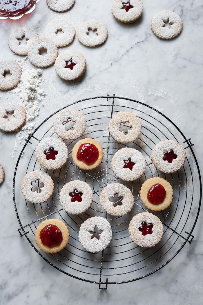 confiture de framboise entre deux sablés au sucre, beurre et farine avec decoration de sucre glace, recette biscuit noel