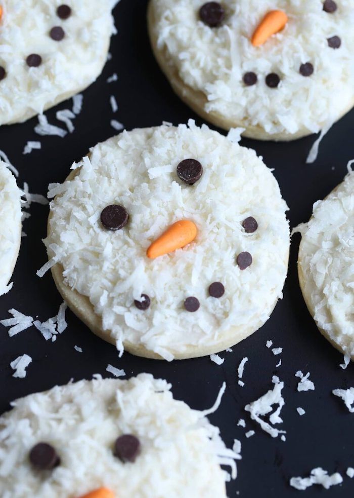 sablés à motif bonhomme de neige et decoration de flocons de noix de coco rapé, comment faire des sablés