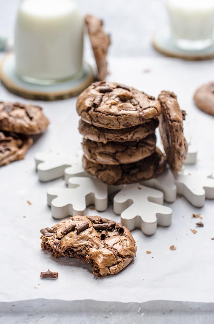 recette de biscuit de noel au copeaux de chocolat à manger avec du lait, idee recette cookies pere noel