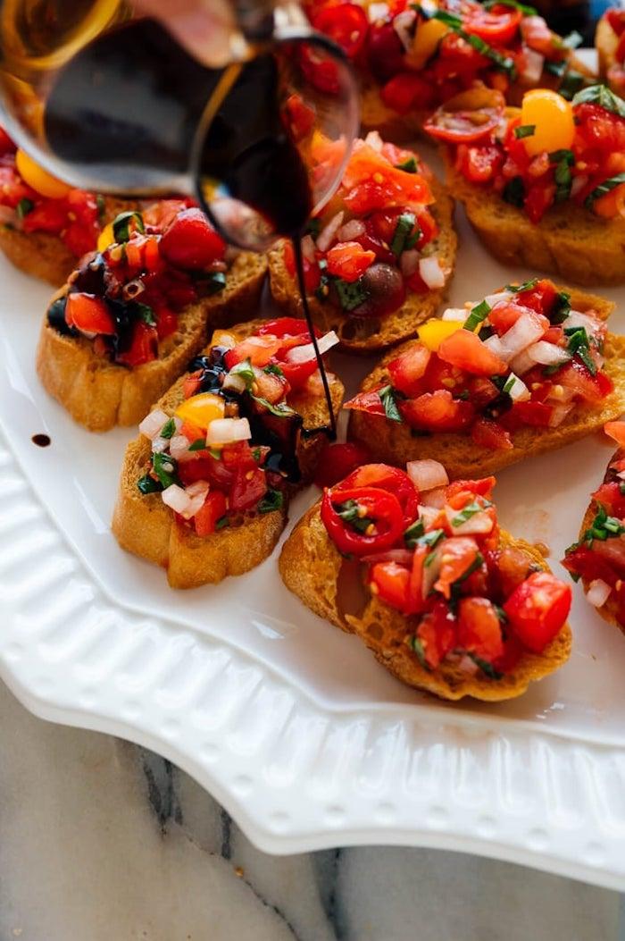 Simple aperitif dinatoire noel, toast apéritif simplicité dans l'assiette aux tomates et vinegrette balsamique