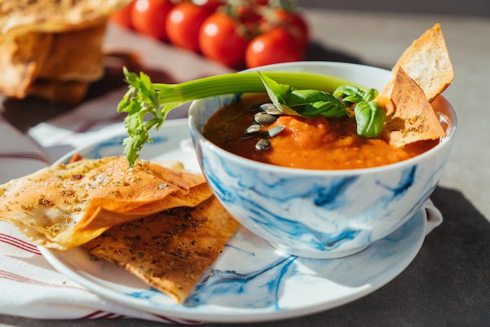 exemple soupe tomate dans un bol ou comment faire un velouté maison original, repas du soir léger sans viande