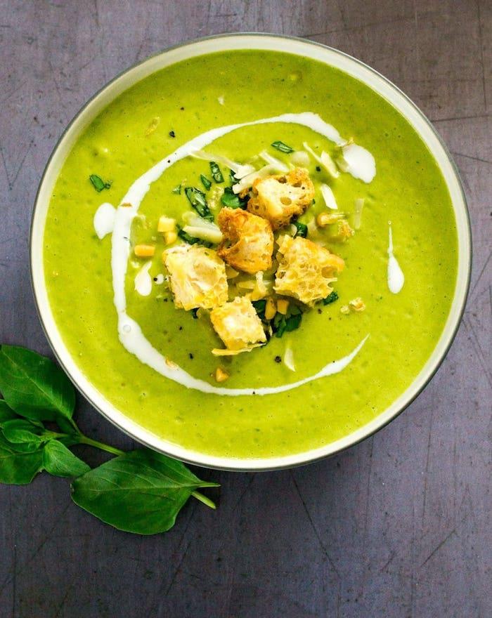preparer une soupe de printemps facilement aux courgettes cuites, petits pois et basilic avec garniture de croutons