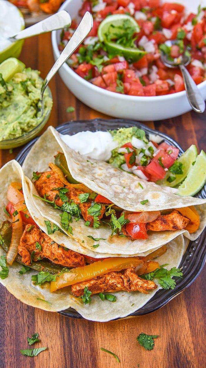 recette tacos maison au poulet aux e[ices avec des oignons, poivrons et tomates, idee de repas soir simple et rapide
