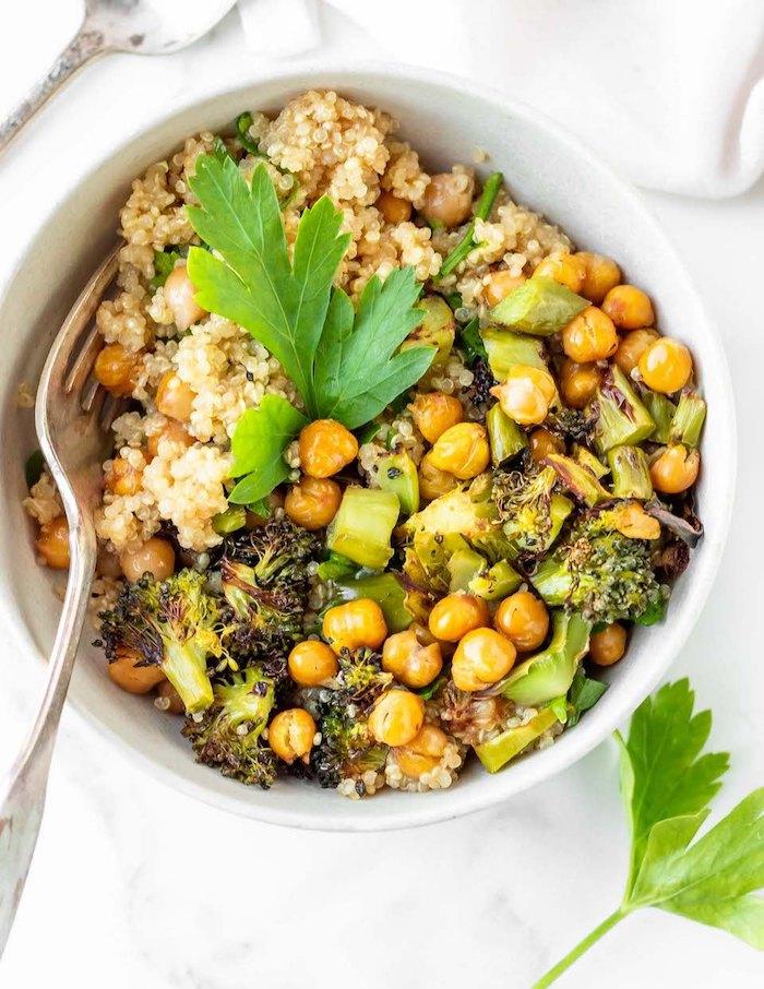 salade à la quinoa facile à préparer avec des brocolis, pois chiches et du persil frais en top, plat healthy vegan