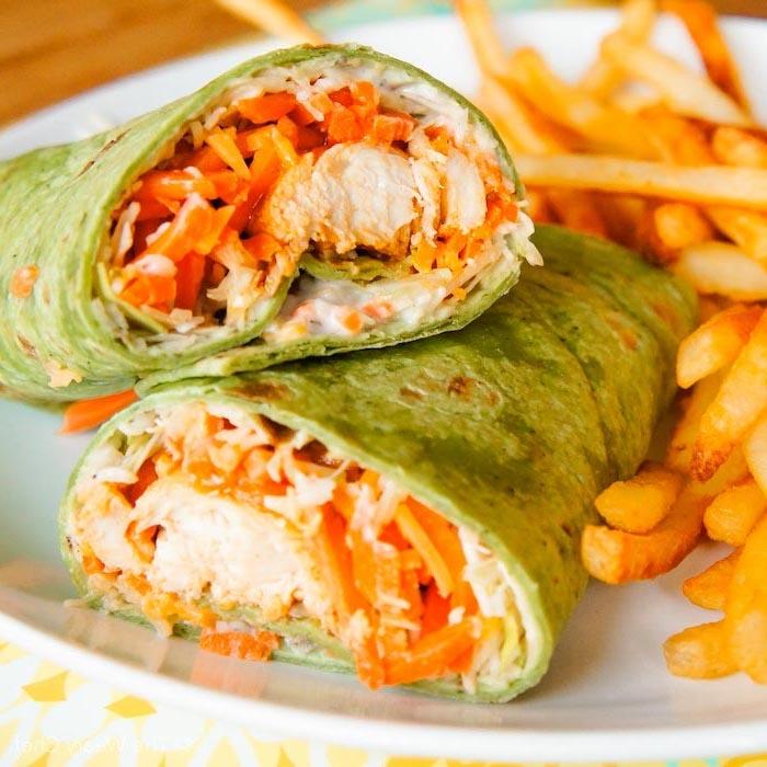 idee pour faire un wrap apero original avec du poulet frit, carottes et de la sauce tahini dans tortilla aux épinards, servie avec des frites