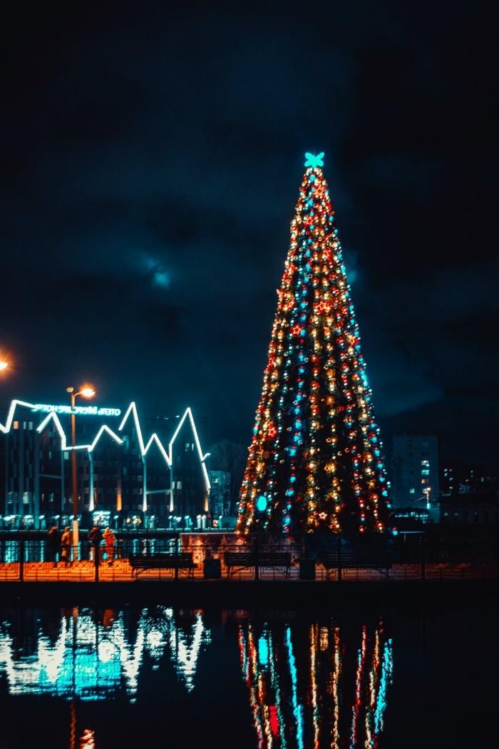 idée fond d'écran verrouillage pour Noël avec une photo de nuit, photo sapin de noel décoré en ornements bleu et or