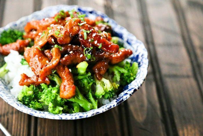 recette avec porc, idee repas famille constitué de bouchées de porch glacées à l ail et au gingembre sur canapé de riz et brocolis