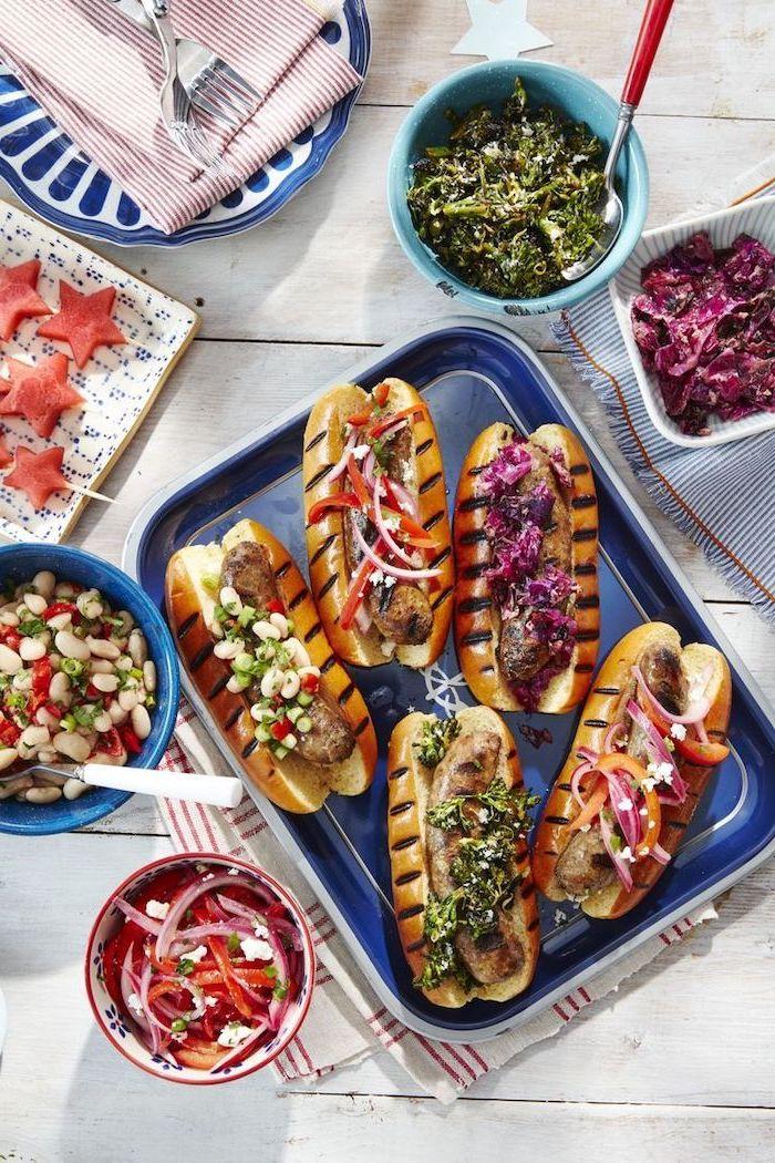 idée repas simple de tous les jours, hot dog à la saucisse avec toppings différents, pesto, salade de choux, salade d haricots blancs