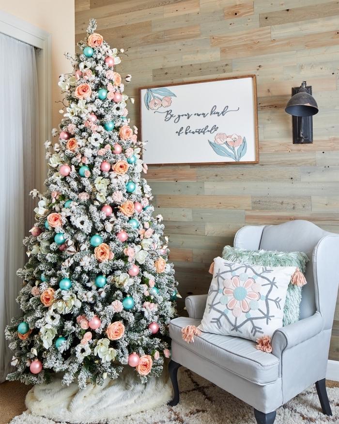 idée originale pour décorer un arbre de Noël 2019, decoration sapin de noel avec boules turquoise et petites fleurs artificielles