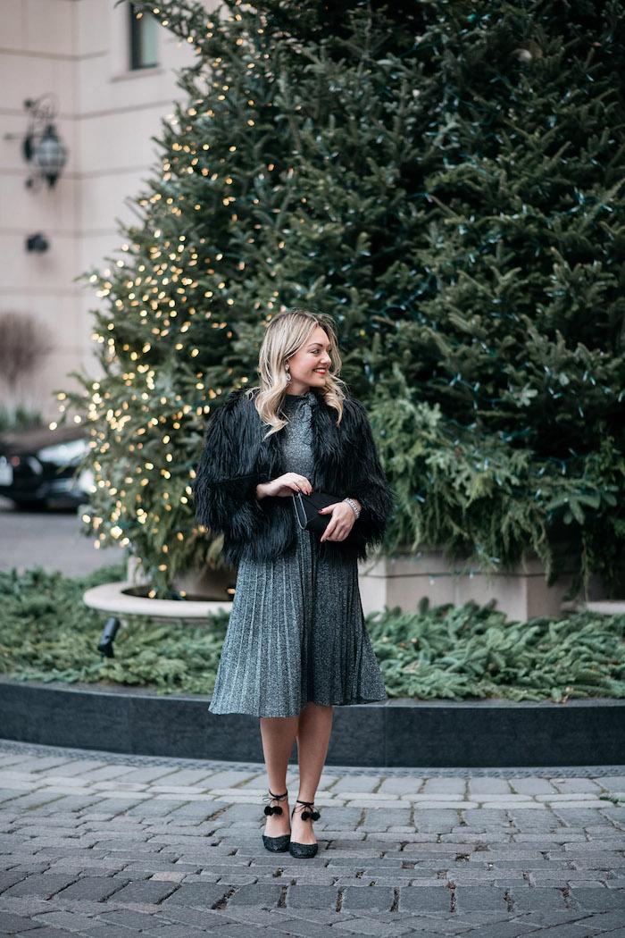 Manteau court fausse fourrure noire, idée robe de noel femme, comment s'habiller pour noel femme, photo devant un beau sapin de noel