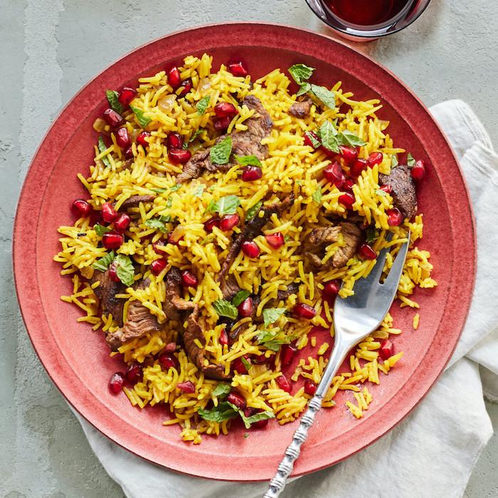 riz pilaf recette pour votre menu équilibré semaine pour famille, riz à la curcuma avec des bouchées de viande et grains de grenade