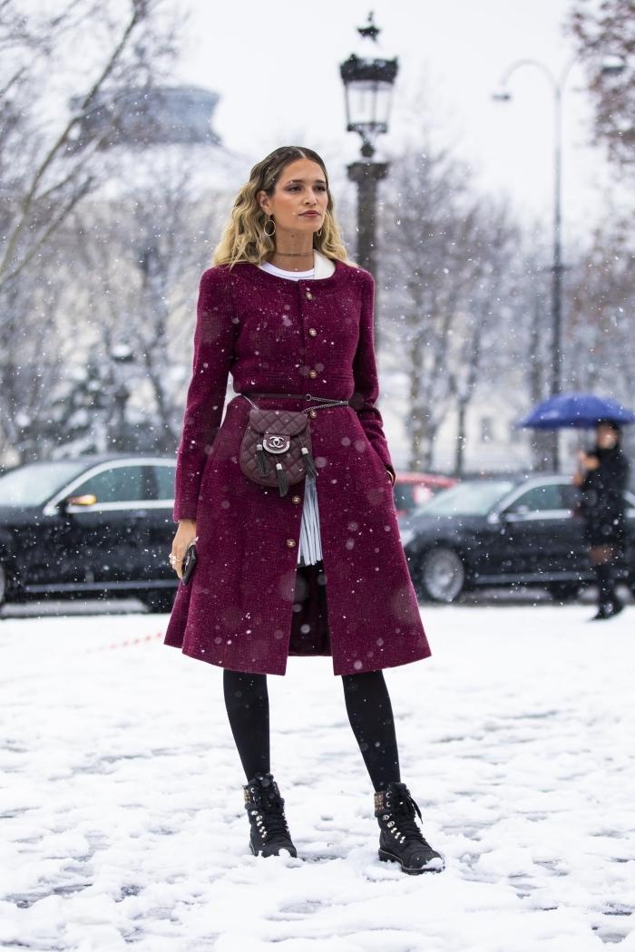 idée look hiver femme chic en blanc et noir avec manteau de couleur pourpre, modèle de manteau longueur genoux en couleur lie de vin