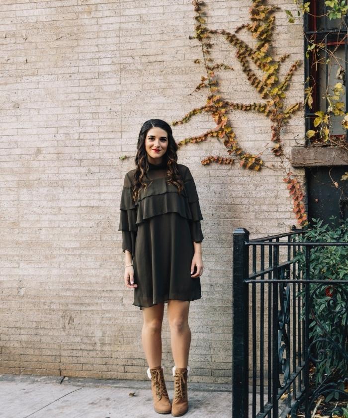 couleur mode automne hiver 2020 vert foncé, idée tenue en robe courte à manches longues à volant pour les fêtes fin d'année