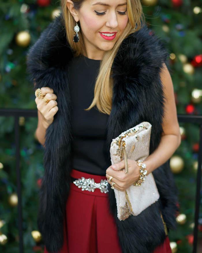 Jupe rouge avec ceinture à cristaux et manteau sans manches de fausse fourrure, comment s'habiller pour les fêtes