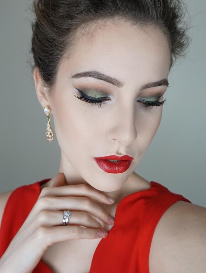 quelles couleurs fards à paupières pour un makeup noel, idée maquillage festif avec rouge à lèvre rouge et fards à paupières verts