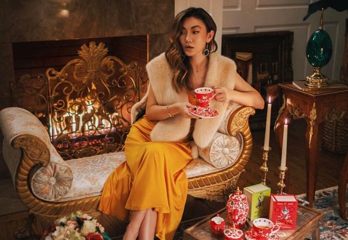 quel maquillage de soirée réaliser facilement pour Noël, idée tenue de Noël femme élégante en robe longue officielle de couleur jaune