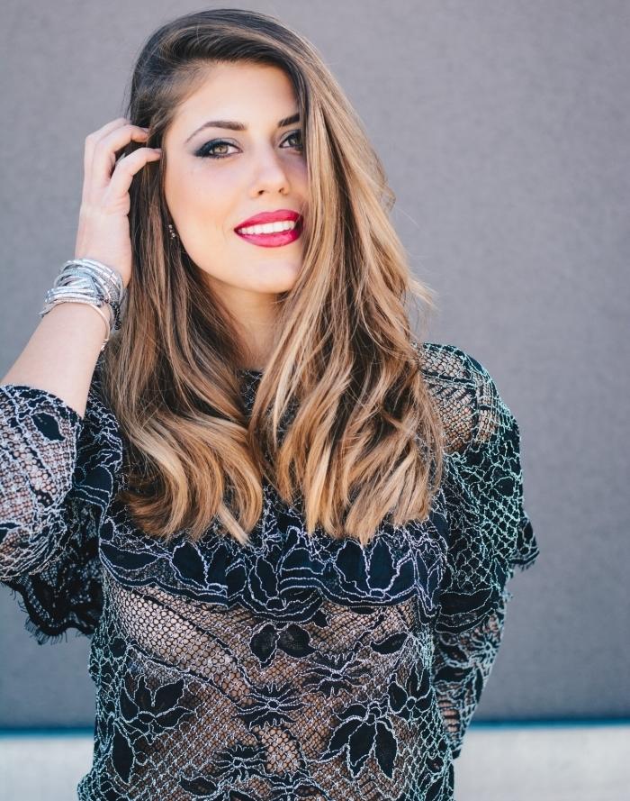 réaliser un maquillage facile et classique pour Noël, look femme élégante de Noël avec robe noire et maquillage eyeliner noir