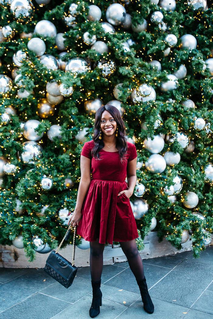 Velours robe pour les fetes rouge, tenue noel femme avec bottines noires en velours, idée robe parfaite pour les fêtes