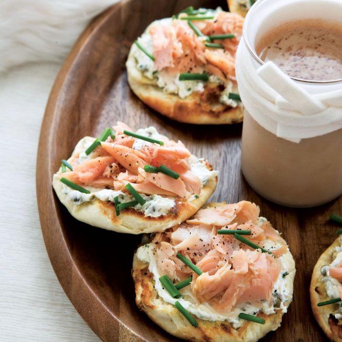 Canape aperitif de noel, idée toast apéro pour la fête de noel, sauce pour les blini au tune